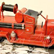 Металічна пожежна машина.