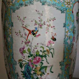 Starożytny chiński wazon ze smokami.
